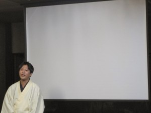 活動写真弁士のお仕事について解説する片岡一郎さん。